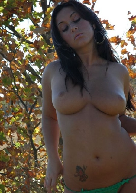 luna-gets-naked-in-the-countryside